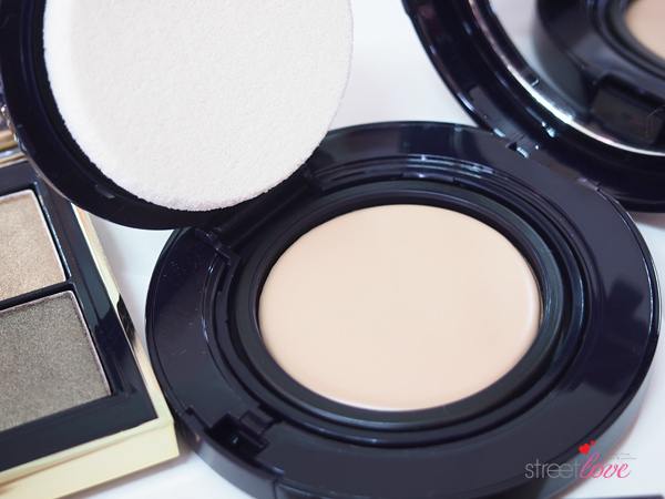 Estee Lauder Futurist Aqua Brilliance Compact Makeup Foundation on the Inside
