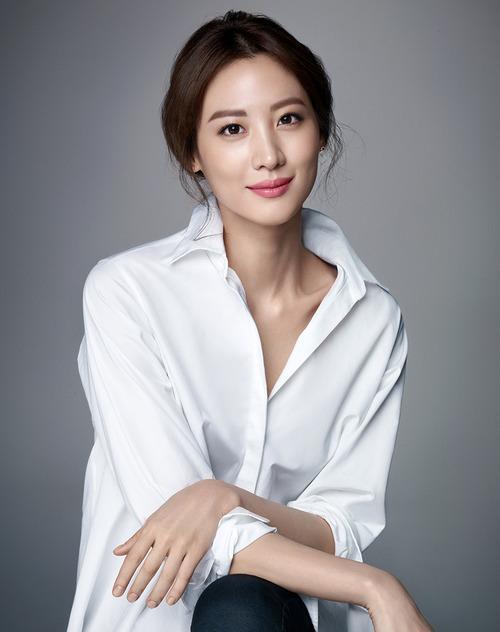 Claudia Kim no makeup